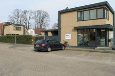 vrijstaand kantoor aan het Stoekeplein met parkeerplaatsen
