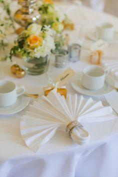 Beautiful & Classy Arrangement - Apricot and Green / Schloss Eldingen Hochzeit von Alina Drobner Photography