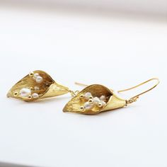 For the nature lovers, or lovers of pearl and gold jewellery, the Golden Calla Lily and Pearl Drop Earrings with white pearl stamen will make the perfect gift Gold Bar Earrings, Pearl Drop Earrings, Flower Earrings, Jewellery Earrings, Statement Earrings, Clip On Earrings, Dangle Earrings, Jewelry Gifts, Gold Jewelry