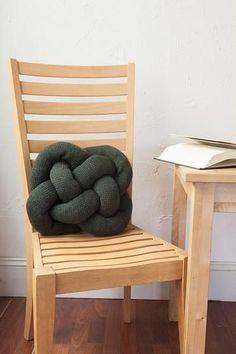 綿を詰めて結ぶだけ。簡単可愛い♡タイツでクッションを作ろう - LOCARI(ロカリ)