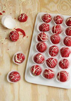 No-bake cheesecake truffles Beaux Desserts, No Bake Desserts, Just Desserts, French Desserts, Holiday Treats, Christmas Treats, Christmas Baking, Christmas Recipes, Candy Recipes