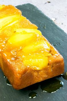 A LIGHTER take on traditional upside down cake, this Low Syn Caramel Apple Upside Down Cake is sweet, soft and delicious whilst staying healthy. It's the perfect healthy dessert recipe, for Slimming World or any healthy eating plan. Slimming World Pancakes, Slimming World Puddings, Slimming World Cake, Slimming World Desserts, Slimming World Recipes, Healthy Dessert Recipes, Baking Recipes, Vegetarian Recipes, Sticky Pudding