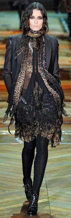 ROBERTO CAVALLI FALL 2011 READY-TO-WEAR Green Fashion, Roberto Cavalli, Army Green, Fashion Boutique, Light In The Dark, Ready To Wear, Goth, How To Wear, Color