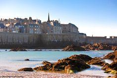 Rennes, Saint Malo (cf photo), Fougères, Brocéliande et sa fôret, la Baie du Mont Saint Michel, le pays de Redon,... Des paysages superbes, des plages de sable fin:  c'est l'Ile et Vilaine ! #ileetvilaine  #saintmalo #broceliande
