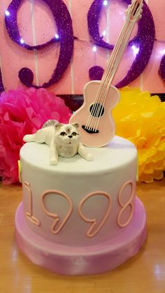 You will know if you're a taylor swift fan with those cat and guitar on a cake! Taylor Swift 22, Taylor Swift Party, Taylor Swift Birthday, Harry Birthday, 22nd Birthday, Beautiful Cakes, Amazing Cakes, Pretty Birthday Cakes, 365days