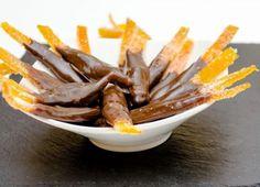 Aprenda a preparar casca de laranja cristalizada com chocolate com esta excelente e fácil receita. Dentro da imensa variedade de sobremesas com laranja, a laranja...