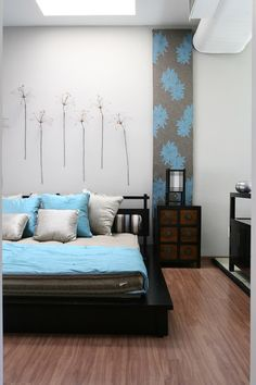 Quarto de Casal Inspiração Zen na Futon & Home: cama Aki (2,11 x 2,31 x 0,19 m*, cabeceira de 0,74 m de altura), de madeira na cor tabaco, colchão Yume (1,40 x 1,90 x 0,18 m, 100% algodão antialérgico), de lona fendi e gaveteiro (0,64 x 0,46 x 0,45 m*. De shantung de seda, edredom (998 reais) e almofadas (0,50 x 0,50 m).