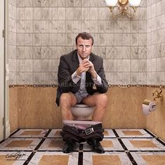 Cristina Guggeri Imagine les Dirigeants de la Planète aux Toilettes. Toilet Art, Joseph Stalin, Photo Dump, Daniel Radcliffe, George Clooney, People Sitting, Funny Movies, Tom Cruise, Photomontage