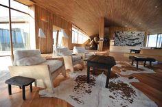 El hotel realizado porArquitectos Cazú ZegersenChileestá ubicadoa orillas del Lago Sarmiento, en el deslinde con el Parque Nacional, justo en la entrada norte del Parque Nacional Torres del Paine. Tiene un lugar de emplazamiento que posee