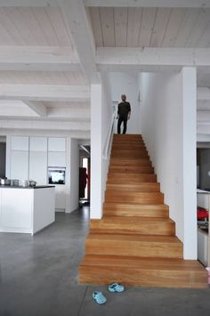 Modern Staircase Design Ideas - Search photos of modern staircases as well as uncover design and also layout ideas to inspire your very own modern staircase remodel, including distinct railings as well as storage . Wooden Staircase Design, Wooden Staircases, Open Staircase, Spiral Staircases, Architecture Design, Architectural Design House Plans, Casa Hipster, Staircase Remodel, Modern Stairs