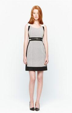 Sencillo vestido de inspiración minimalista en tres colores con corte a la cintura y largo a la rodilla.