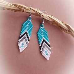 Learn to Stitch Beaded Jewelry Beaded Earrings Native, Beaded Earrings Patterns, Beaded Tassel Earrings, Seed Bead Patterns, Seed Bead Earrings, Feather Earrings, Jewelry Patterns, Beading Patterns, Earrings Handmade