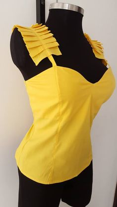 Parte trasera de esta blusa Blouse Styles, Blouse Designs, Fashion Wear, Fashion Outfits, Batik Fashion, Yellow Fashion, Couture Tops, African Print Fashion, African Wear