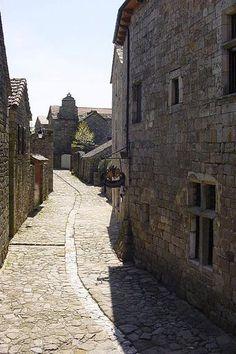 La Garde-Guérin - Lozère - l'un des plus beaux villages de France, la rue principale guide touristique du Languedoc-Roussillon