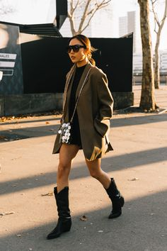 Best Street Style Looks From Paris Fashion Week – Daily Fashion Fashion Week Paris, Copenhagen Fashion Week, Paris Winter, Autumn Winter Fashion, Fall Winter, Winter Style, Casual Winter, Holiday Fashion, Fashion Mode