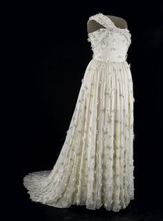 Michelle Obama's 2009 Inaugural Gown. One-shouldered white silk chiffon gown embellished with organza flowers with Swarovski crystal centers, designed by Jason Wu. Barack Obama, First Lady Of America, Vintage Dresses, Vintage Outfits, Vintage Clothing, Fashion Vintage, American First Ladies, Organza Flowers, Chiffon Gown