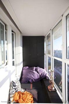 Несколько идей по обустройству застекленного балкона.