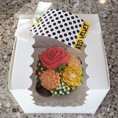 Individually packaged cupcake bouquets for my work ladies  #cupcake #buttercream #bouquet #valentines #galentinesday #treat #sugarart #makesomethingbeautiful #pin #mysugarrush