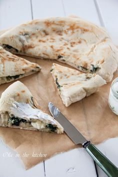 Gozleme to bardzo popularne tureckie chlebki. Na rozwałkowane ciasto nakłada się ulubione nadzienie mięsne albo warzywne następn... Breakfast Desayunos, Vegetarian Recipes, Cooking Recipes, Pizza, Food Photo, Food Inspiration, Love Food, Food Blogs, Food And Drink