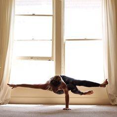Yoga Poses & Workout : one arm side crow Yoga Bewegungen, Hatha Yoga, Sup Yoga, Yoga Meditation, Yoga Flow, Yoga Inspiration, Fitness Inspiration, Yoga Fitness, Esprit Yoga
