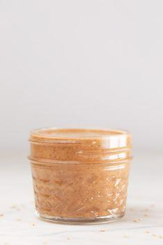 Cómo hacer tahini en casa con tan sólo semillas de sésamo y aceite (opcional). Es muy fácil de preparar y también más económico y saludable que el envasado. #danzadefogones #vegano #singluten #tahini #salsa