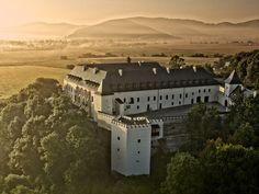 Zámok Vígľaš - Slovakia.travel Church Building, Fortification, Bratislava, Capital City, Paris Skyline, Europe, Earth, Mansions, Architecture