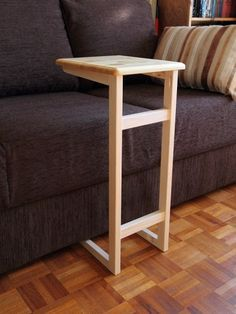 DIY Couch table using a Kreg jig. Great little table for couch or stuffed chair. DIY Couch table using a Kreg jig. Great little table for couch or stuffed chair. Pallet Furniture, Furniture Projects, Home Projects, Furniture Design, Furniture Online, Cheap Furniture, Sofa Arm Table, Couch Tray, Diy Sofa