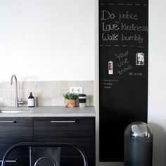 Binnenkijken bij ingebruins1 - Onze zwarte keuken als tegenhanger van een verder wit huis