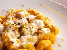 Gli gnocchi zucca e patate con crema al taleggio e granella di pistacchi sono un primo piatto delicato e sostanzioso. Un condimento facilissimo da preparare