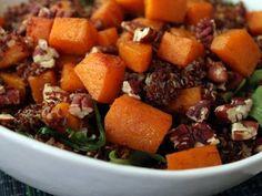 Salade de quinoa rouge à la courge rôtie et pacanes :http://roxannecuisine.com/recette/salade-de-quinoa-rouge-a-la-courge-rotie-et-pacanes/