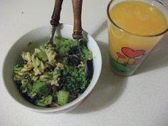Ein Nudelsalat und frisch gepresster O-Saft - ein leckeres Mittagessen bei der veganen Ratte