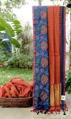 This beautiful khadi sari is in rust. The border is in wine red and navy blue with jamdani work and the pallu is in rust and gold zari adding an alluring charm Phulkari Saree, Kanjivaram Sarees, Kanchipuram Saree, Pochampally Sarees, Indian Beauty Saree, Indian Sarees, Indian Dresses, Indian Outfits, Velvet Saree