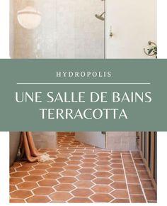 Comment utiliser le terracotta dans votre salle bains ? Hydropolis vous conseille.  Que vous choisissiez de peindre un pan de mur, d'ajouter un sol coloré ou seulement quelques carreaux de ciment, il est très facile de rénover cette pièce et de la colorer. Cette couleur chaude qui évoque la terre et le soleil apportera un vent de fraîcheur et de nouveauté à cet espace qu'on fréquente quotidiennement. #salledebains #bains #déco #terracotta #couleur #couleur2020 #salledebain #amenagement Photo : P Boom Boom Room, Bathroom Inspo, Home Reno, Ajouter, Hygge, Terracotta, Tile Floor, Sweet Home, New Homes
