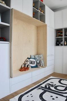 IKEA Eket Sitzbank Schrankwand Kinderzimmer Jennifer Willson Entryway and Hallway Decorating Ideas Eket Ikea Jennifer kinderzimmer Schrankwand Sitzbank Willson Ikea Kids, Ikea Playroom, Ikea Shelf Unit, Ikea Shelves, Small Hallway Decorating, Decorating Your Home, Trofast Ikea, Ikea Eket, Small Hallways