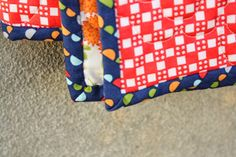 Easy DIY tutorial for binding a quilt. How to finish and bind a quilt. Quilting For Beginners, Sewing Projects For Beginners, Quilting Tips, Quilting Tutorials, Hand Quilting, Machine Quilting, Quilting Projects, Sewing Tutorials, Sewing Ideas