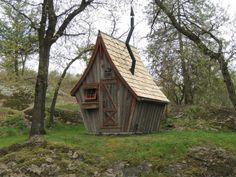 Il construit de petites cabanes rustiques façon Tim Burton, bienvenue dans un monde fantastique | Buzzly