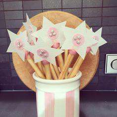 Toverstafjes traktatie heel simpel! (soepstengel, roze glazuur, eetpapier en versiering)