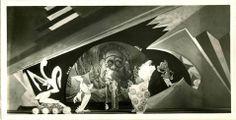 "Werkstatt des Kuhbistes. Szenenbild aus dem 4. Akt von ""Suhusi"" auf ""Irrgangs Javanischer Flachfiguren-Bühne"" Bad Kissingen, um 1925  Irrgang, K. E. (Gestalter) Haertl, Paul (Puppenspieler)"