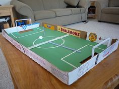 A mini soccer field for indoor fun. Made from a pizza box. Soccer Birthday, Soccer Party, Football Soccer, Table Football, Football Pitch, Football Field, Pizza Box Crafts, Projects For Kids, Crafts For Kids