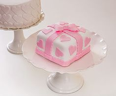 Com produção artesanal e diária, os bolos são delicadamente decorados  e…