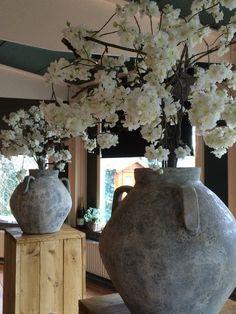 Bloesemboom in kruikvaas. Voor informatie of prijzen neem vrijblijvend contact op via www.annefleurs.nl of info@annefleurs.nl.
