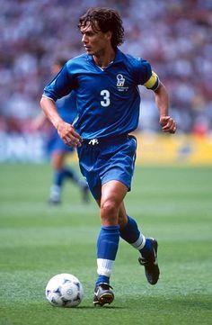 Paolo Maldini. Con la selección italiana disputó un total de 126 partidos, entre los cuales 74 fueron como capitán, y formó parte de los conjuntos que disputaron las Copas Mundiales de Italia 1990 –tercero-, Estados Unidos 1994 –subcampeón-, Francia 1998 –eliminado en cuartos de final- y Corea–Japón 2002 –octavos de final-; además de participar tres veces de la Eurocopa con la selección azzurra.