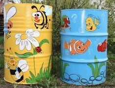 So cute: rain barrels / rubbish bins. Diy Gardening, Garden Crafts, Garden Projects, Diy Projects, Painted Trash Cans, Water Barrel, Funky Furniture, Recycled Crafts, Yard Art