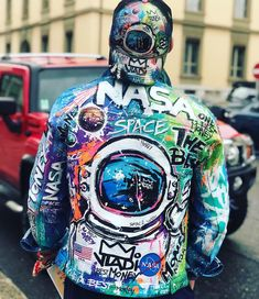 Customised Denim Jacket, Painted Denim Jacket, Painted Jeans, Painted Clothes, Custom Clothes, Diy Clothes, Jeans Drawing, Nasa Clothes, Denim Art