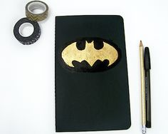 DIY black and gold Batman Notebook, back to school crafts, pinned by My Home & Yours Diy Father's Day Gifts, Father's Day Diy, Fathers Day Gifts, Batman Logo, Batman Batman, Batman Crafts, Personalized Pencils, Back To School Crafts, Diy Tumblr