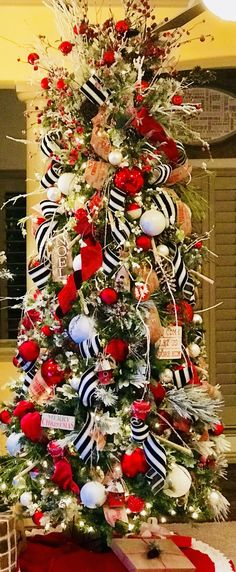 Red and black christmas tree ribbons 41 Ideas Black Christmas Trees, Ribbon On Christmas Tree, Beautiful Christmas Trees, Christmas Tree Themes, Noel Christmas, Christmas Tree Decorations, Christmas Wreaths, Decorated Christmas Trees, Christmas Tree Toppers