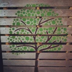 Pallet art: this is a nice idea for painting my vertical garden! Pallet Tree, Wood Pallet Art, Pallet Painting, Stencil Painting, Wooden Pallets, Auction Projects, Art Auction, Auction Ideas, Easy Christmas Crafts