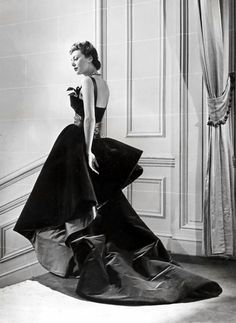 Model wearing a 'shanghai blue' evening gown from the Christian Dior Autumn/Winter 1948 collection, photo by Willy Maywald for ELLE magazine Vintage Dior, Christian Dior Vintage, Vintage Gowns, Vintage Couture, Mode Vintage, Vintage Glamour, Vintage Vogue, Vintage Outfits, Vintage Style