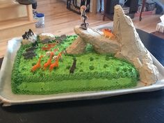Disney , The Lion King birthday cake, made by me and my sister, Gâteau Le roi lion. The rock is made of Rice Krispies treats.