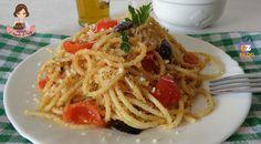 La pasta con la mollica pomodorini e olive nere è un piatto tipico siciliano. Gli spaghetti sono adatti e si prestano molto a questo condimento.
